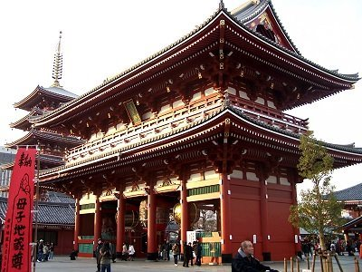 Impressive gate in front of the Senso-ji temple in Tokyo